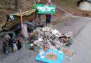 Müll und Zigarettenkippen in unserer Umwelt die rote Karte zeigen
